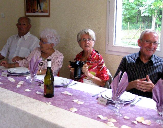 <br />Et tout naturellement, après l'apéro on gagne sa place.<br />De gauche à droite Roger (Callet), Mado, Annie et André.<br /><br />